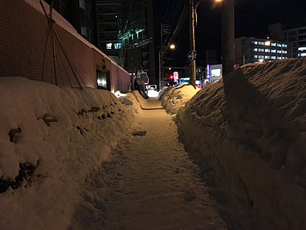 歩道の両側に雪の壁
