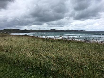 灰色の雲に覆われた空と海岸線