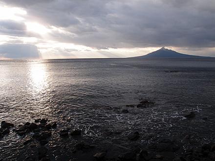 利尻富士と海