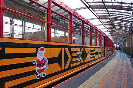 サンタクロースのイラストが入った列車