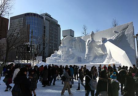 雪像の前にたくさん観光客