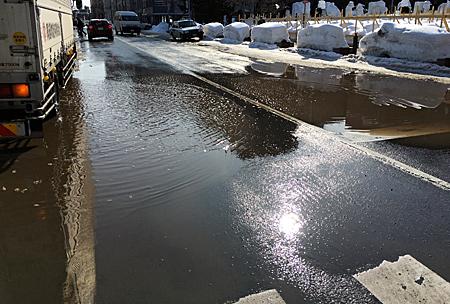 水びたしの横断歩道