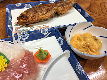 刺身と焼き魚とウニ