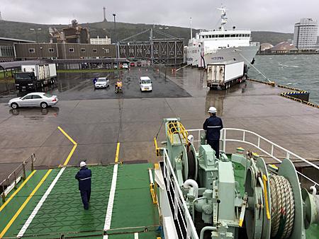 稚内港で出発を待つ船