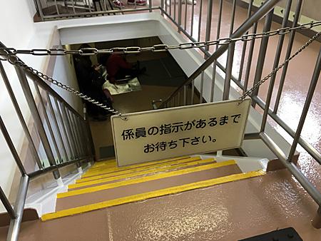船室からタラップへと下りる階段