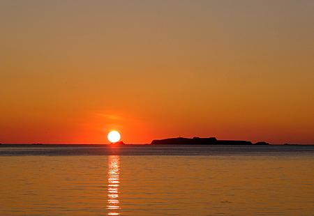 トド島の脇に落ちる夕日