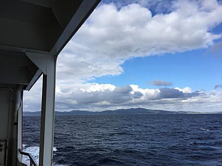 船から見た礼文と空と雲