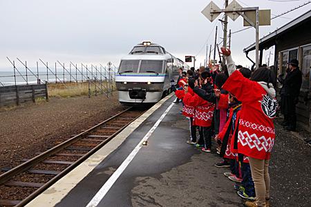 北浜駅で列車を出迎える子供たち