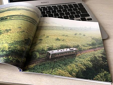 草原の中を走る列車の写真
