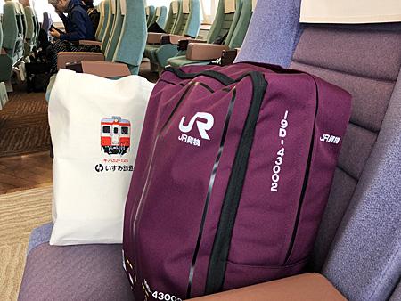 座席の上の荷物