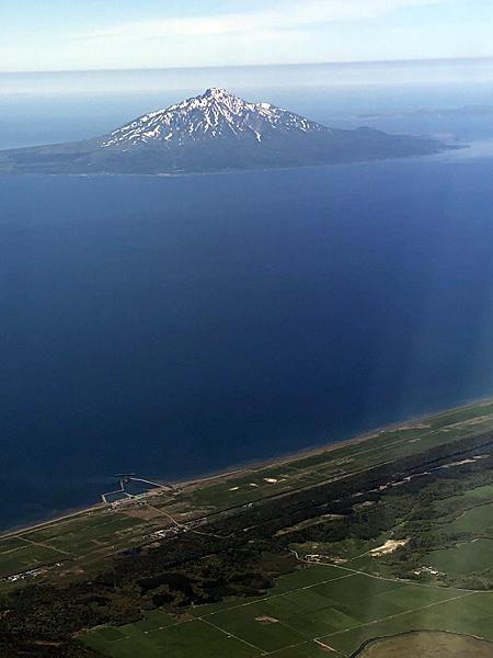 海に浮かぶ利尻富士、手前にサロベツ原野