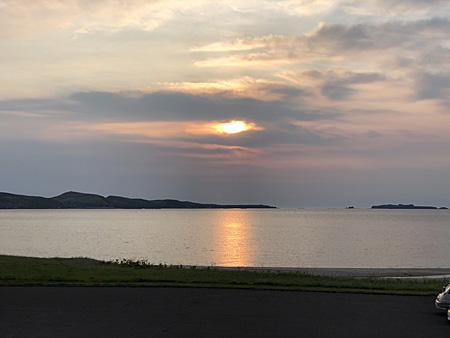 雲の間から夕日