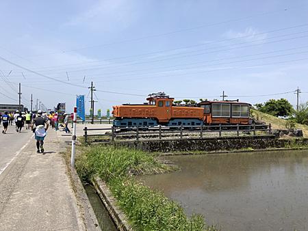 マラソンコースの脇に置いてあるトロッコ電車