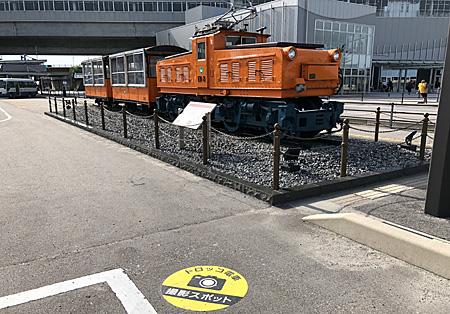 新幹線駅の前のトロッコ電車