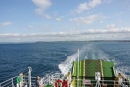 礼文島行きの船の最後尾からの風景