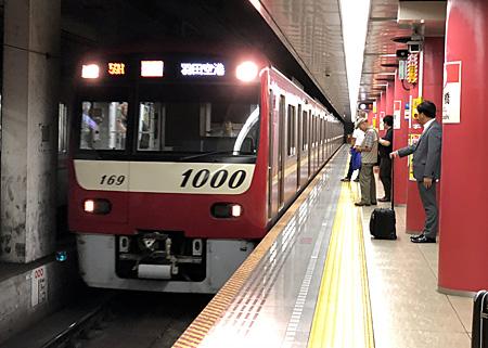 新橋駅に進入してくる電車
