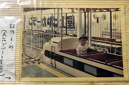 新幹線の形をした乗り物に乗る幼児