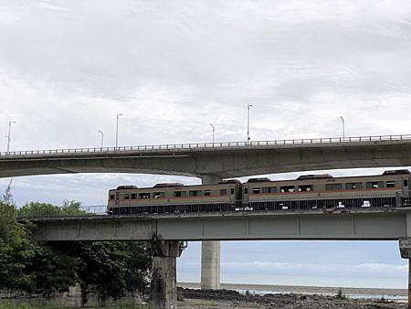鉄橋の上の列車と背後に海