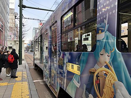 駅前通りを走る電車