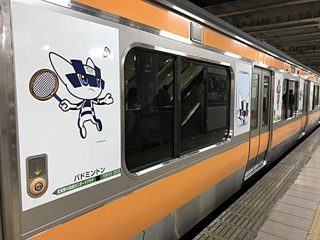 東京オリンピックのキャラクターが描かれたJRの電車