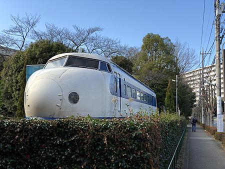 新幹線の車体が道路脇に置いてある