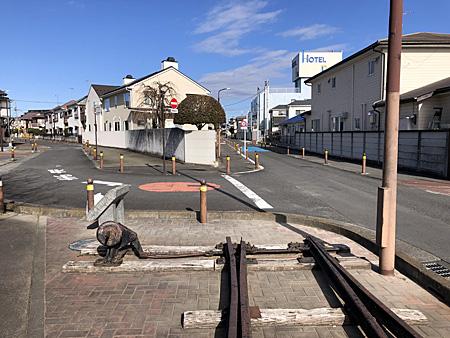 道路の分岐点にレールが置かれている