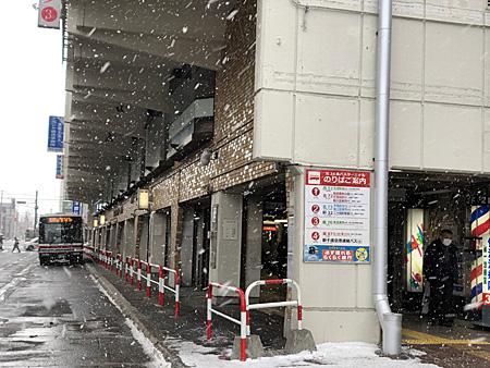 吹雪のバスターミナル