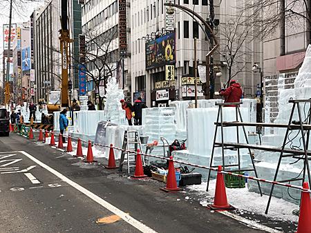 氷の彫像を制作中