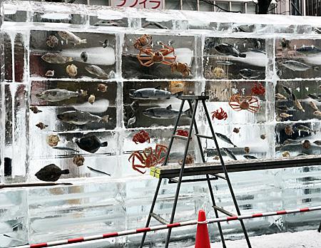 氷の中に魚を閉じ込めた作品