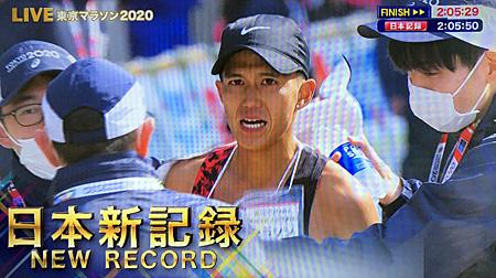 日本新記録の文字が出ているテレビ画面