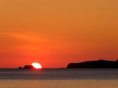 トド島の脇に沈む夕日