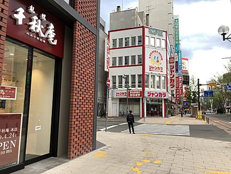 お店の入口と道路