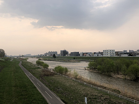 朝の河川敷