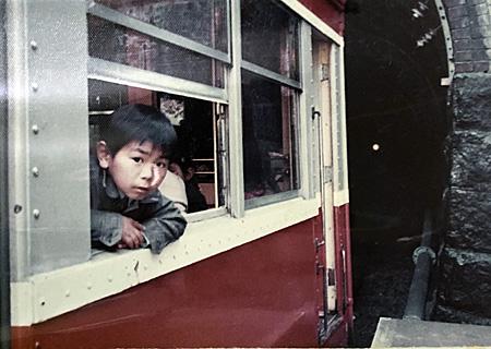 電車の窓から顔を出す