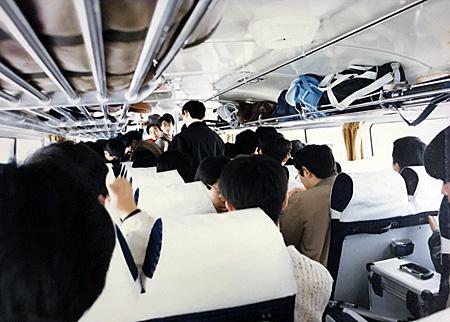 混み合うバスの車内