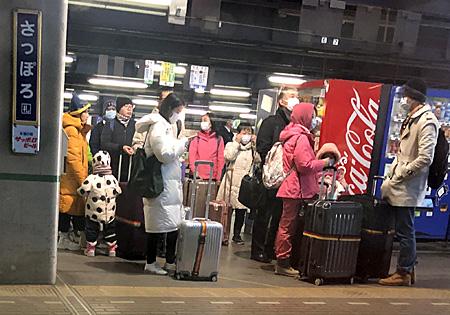 札幌駅のホームに立つ外国人旅行者