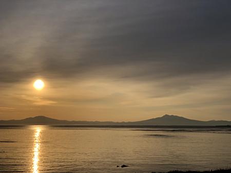 海面に照らされる朝日