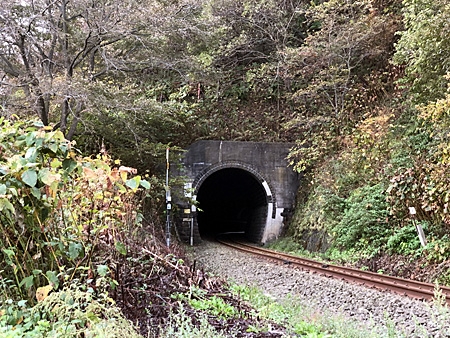 トンネルと線路