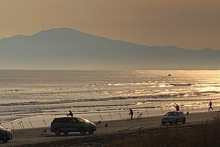 砂浜に釣り竿が並ぶ