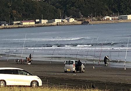 サケ釣りする人々