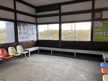 椅子が並ぶ待合室