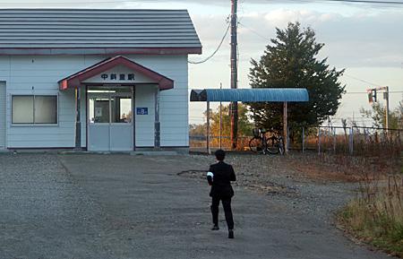 中斜里駅とスーツ姿の走っている人