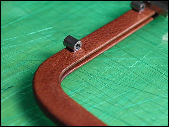 後ろ側のフレームは鍵の函や手カンなどを止める金具がついているので その部分の革はくり抜いて隙間が出来ないように張り込んでいきます。03