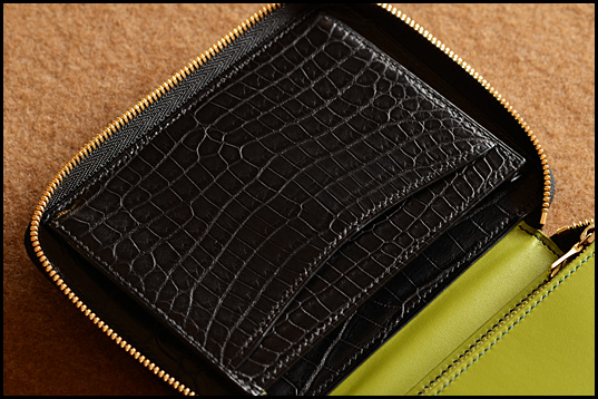 Matt crocodile small round fastener wallet