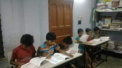 勉強をするマクタニールの子どもたち