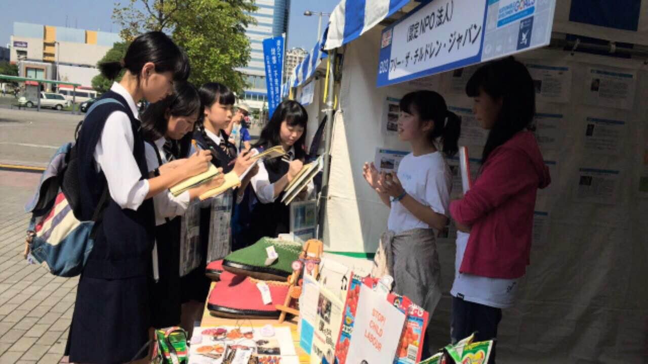 FTCJ メンバーがブースを訪れた中学生たちに活動等の説明をしています。