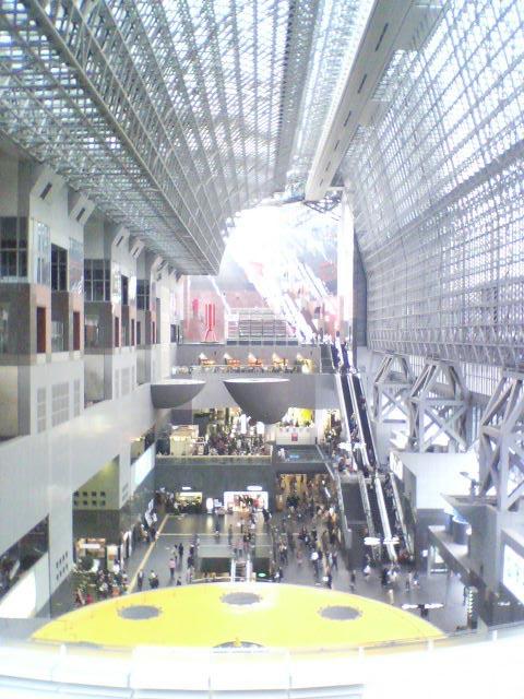 東広場から京都駅ビル内を臨む