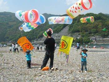 子供と鯉のぼり凧