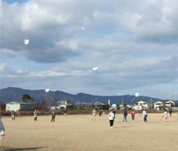 授産施設での凧揚げ