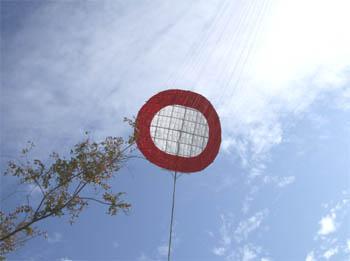 わんわん凧が天上を舞う